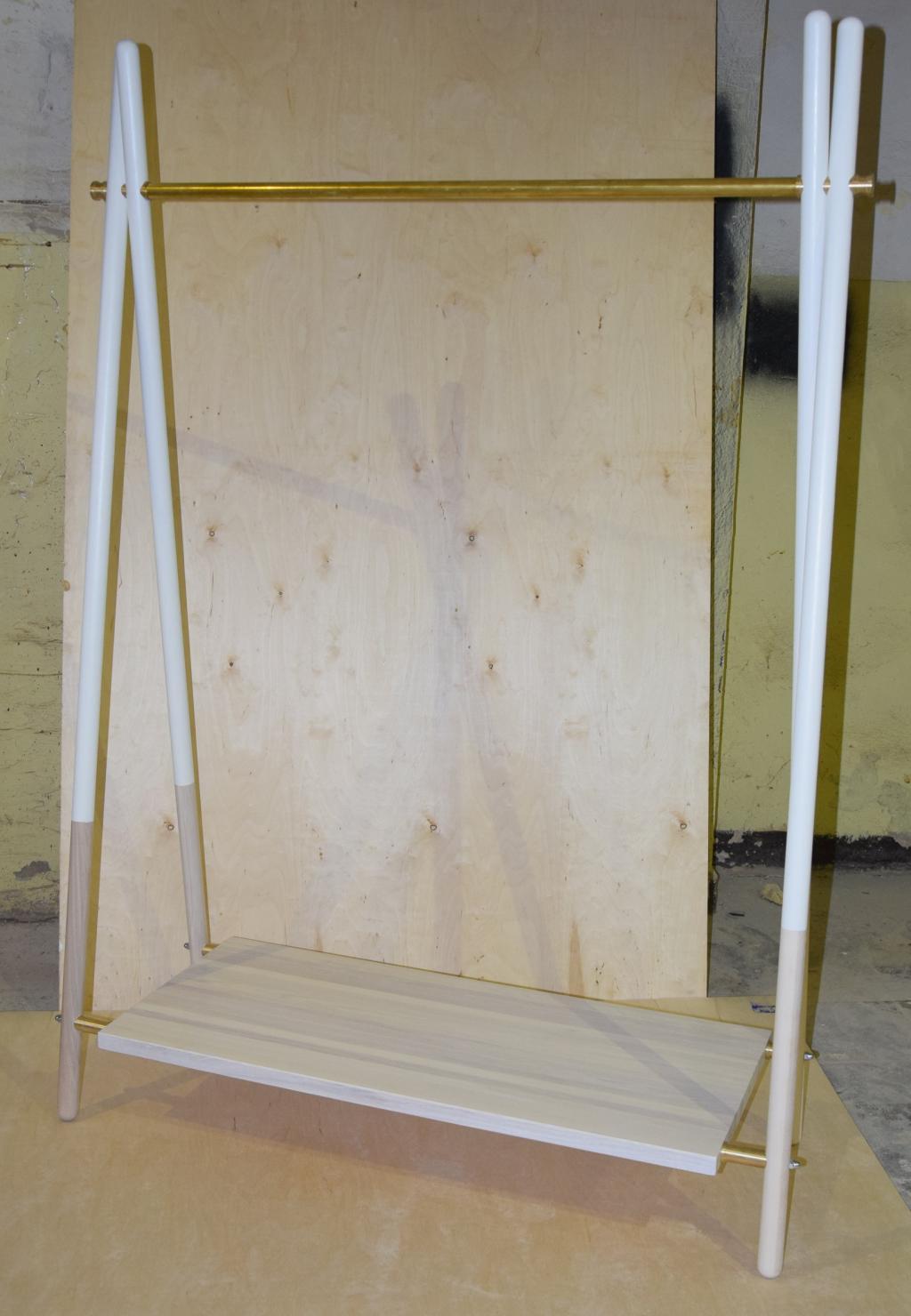 Wieszak drewniany,jesion biel.,mosiądz,kolekcja FR